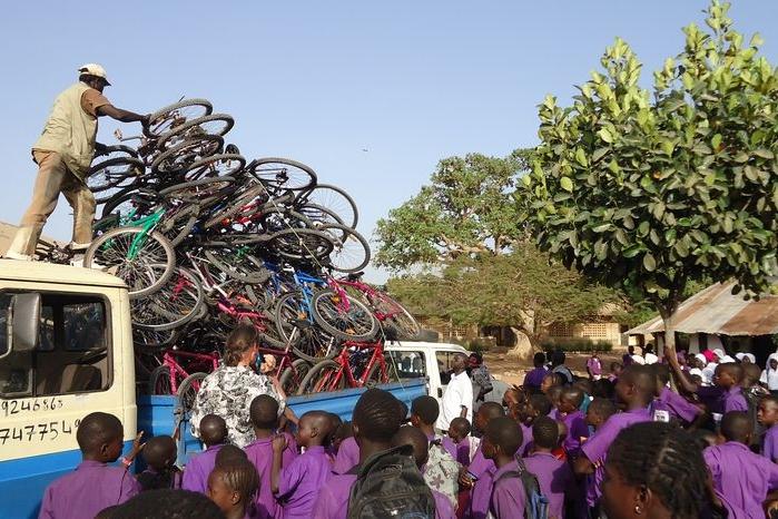 Do Gambie poletí další kola