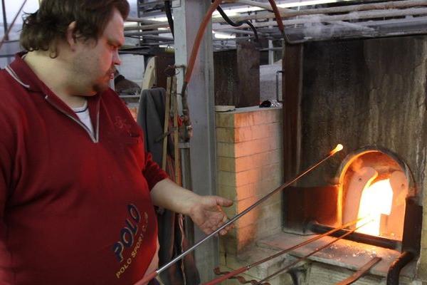 Skláře sužuje pekelné vedro, kolísavý proud jim odstavuje pec