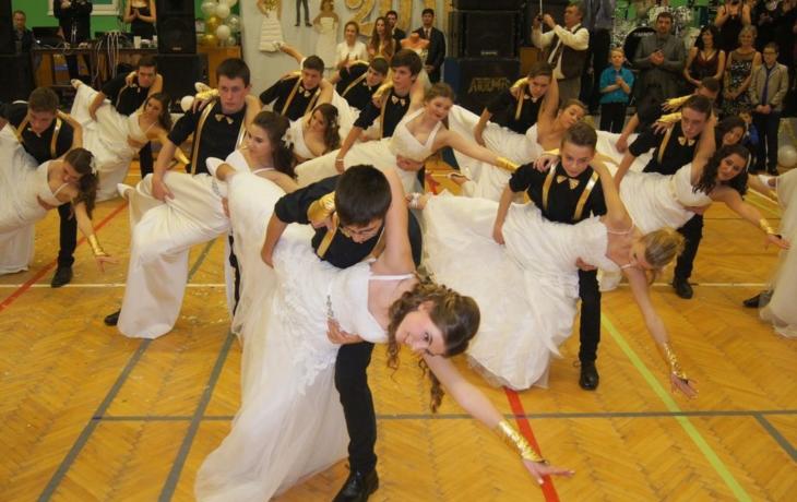 Ples ve zlatoperleťovém hávu