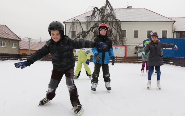 Bruslaři se prohánějí po umělém ledu