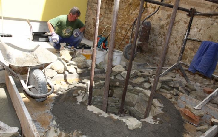 Studnu sevře mříž, unikát zůstane v kavárně