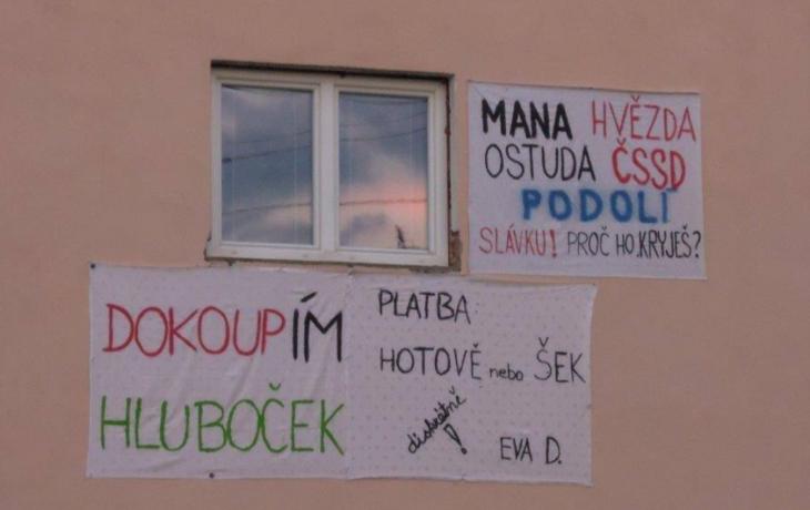 Podolí žije transparenty a trestními oznámeními