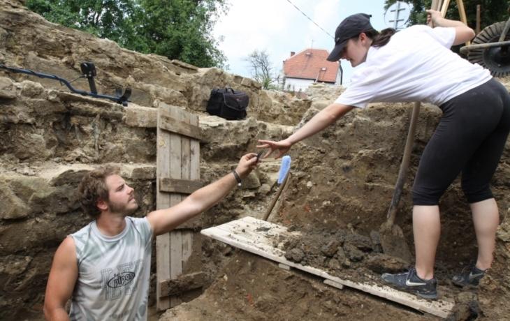 Archeologové odkryli část gotického mostu, uzavírka se prodlouží