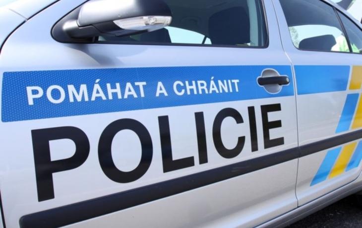 Policisté bránili exekutory, schytali kopance