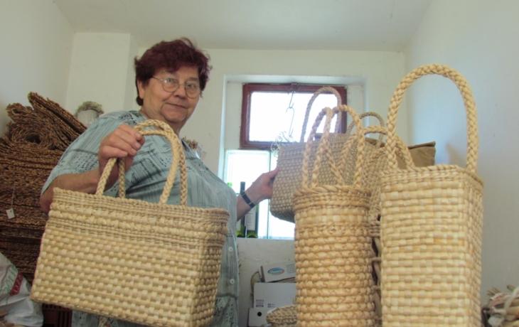 Z orobince umí vykouzlit tašky i vázy