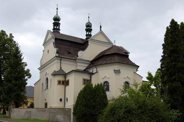 Čarověníky při prohlídce kostela