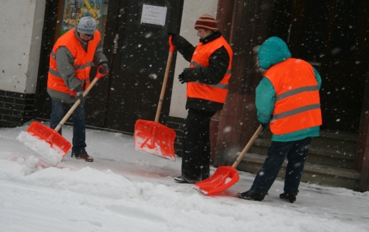 Nezaměstnaní pomáhají sodklízením sněhu