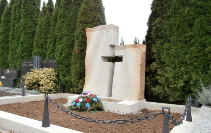 Padlí vojáci mají opět svůj památník