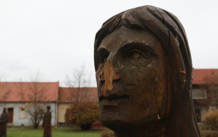 Barbar uřízl sochám světců nos i bradu