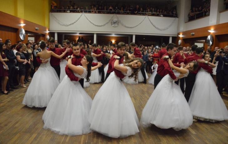 Na parketu vířilo 45 tanečních párů