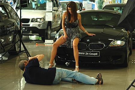 Focení s luxusními auty si dívky skvěle užívaly