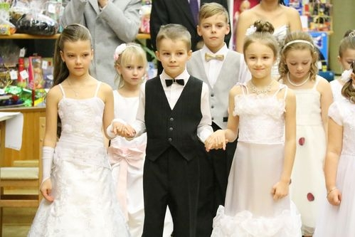 Dětský ples zahájila polonéza dětí z Popovjánku