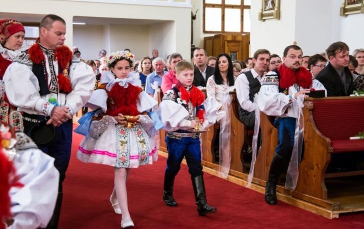 K prvnímu svatému přijímání vyrazila ve Vlčnově dvacítka krojovaných dětí