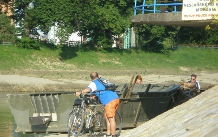 Cyklostezku zatarasil šestitunový ponton