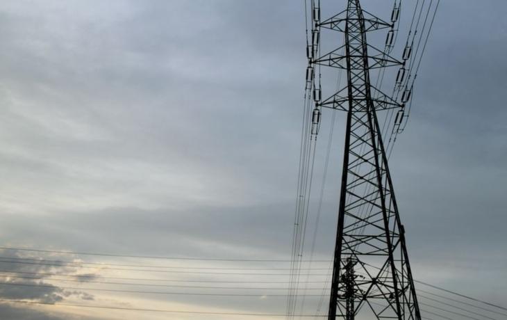 Vítr spojuje dráty, ulice i domácnosti bývají bez proudu