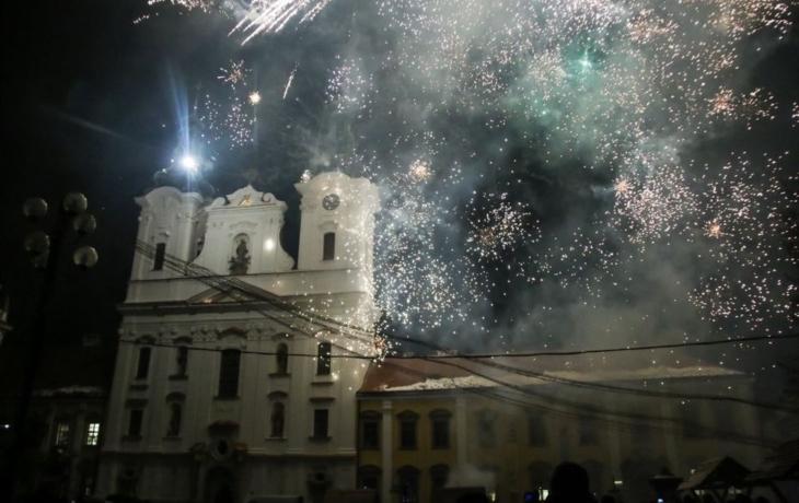 Obří andělé dorazili na uherskohradišťské náměstí