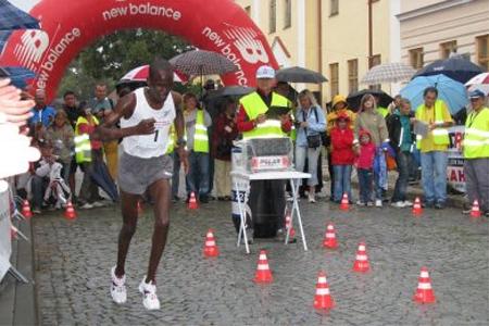Keňan pokořil rekord o tři vteřiny