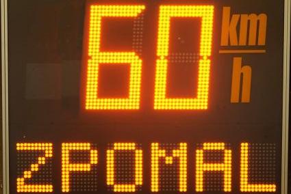 Rychlé řidiče brzdí značky i měřič, ještě přibude nápis na silnici