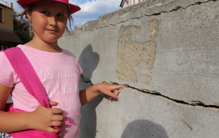 Třistaletou zeď zbourají, vlhne a praská