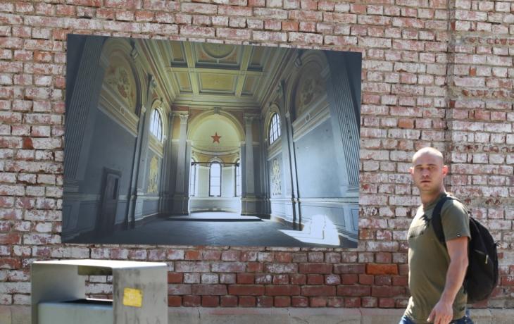 Vězeňskou zeď zdobí ponuré fotografie