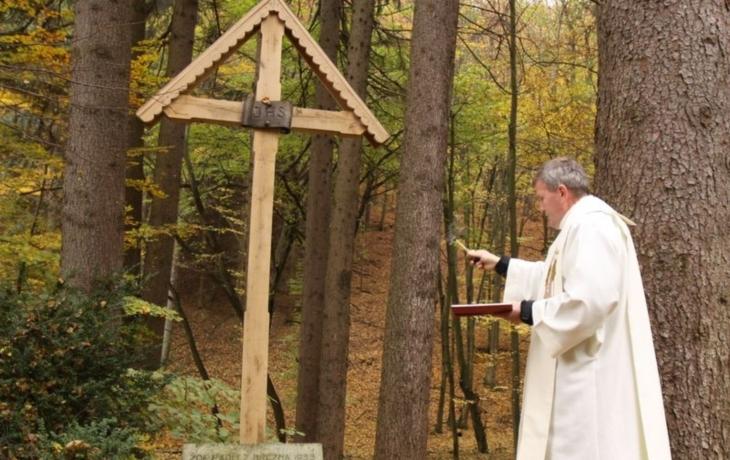 Uctili památku četníků, nový kříž nesli lesem