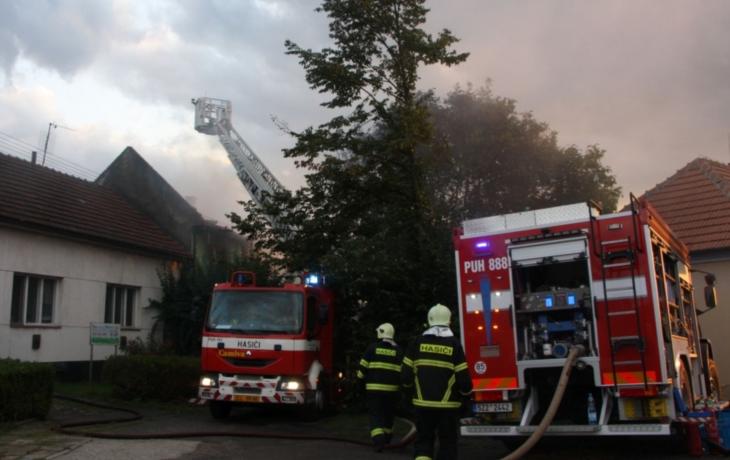 V domě vedle spáleniště se nedá bydlet. Město platí lidem noclehy v motelu