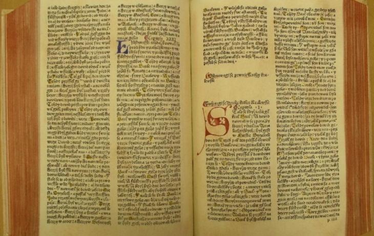 Vzácná bible je v rukou restaurátora