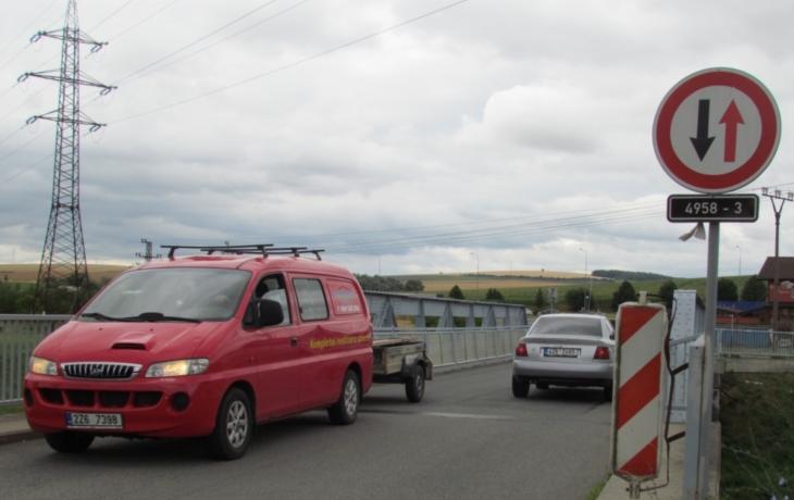 Auta na mostě pěším neuhnou. Dostanou novou lávku?