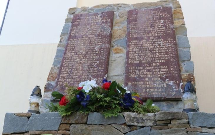 Pamětní desky vojáků se léta válely ve věži