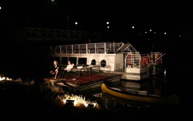 Divadlo na vodě s příběhem Mašínů