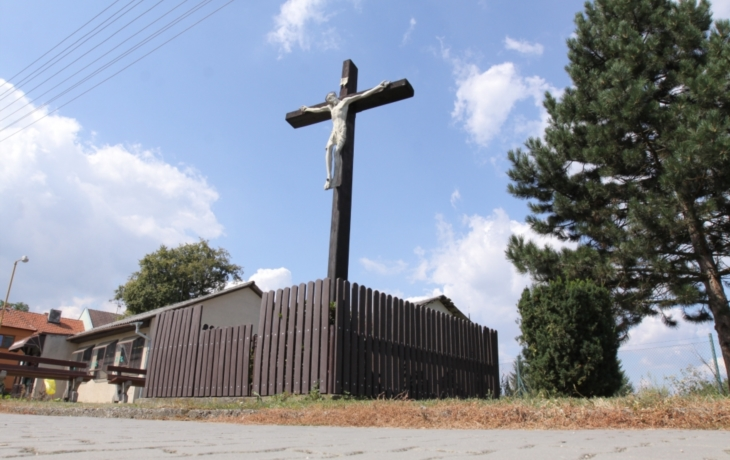 Kříž je prohnilý, hrozí zřícením