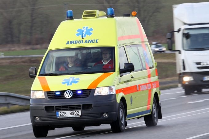 Těžká havárie busu na lince z Brna do Hradiště. Řidič vrazil do stromu