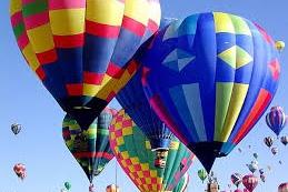 Desítky balonů nad hlavou