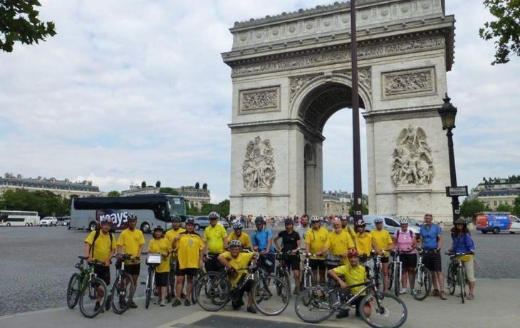 Cyklopoutníci dobyli Paříž, za rok pošlapou do Lurd