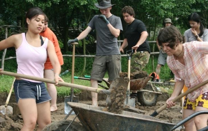 Zahraniční dobrovolníci opravují archeoskanzen