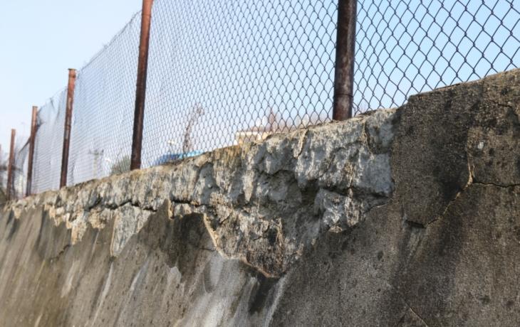 Opěrná zeď na sídlišti Louky se drolí. Město zatím hledá řešení