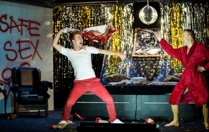 Dva úplně nazí muži se divadlem promenádují už rok
