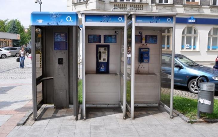 Telefonní budky mizí. Za tři roky už nezbude ani jedna?