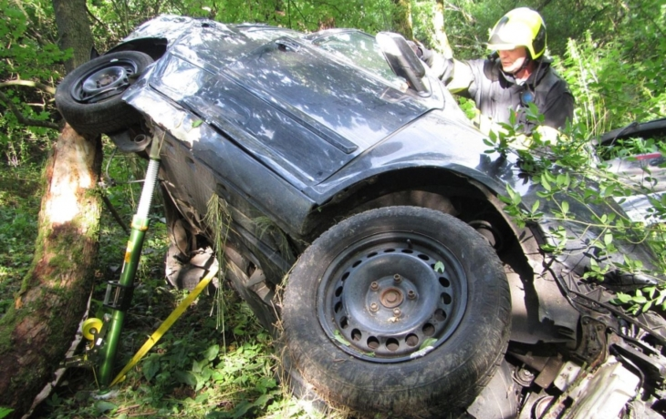 Druhá smrt na silnici. Senior nepřežil drsný náraz do stromu, příčina nehody se hledá