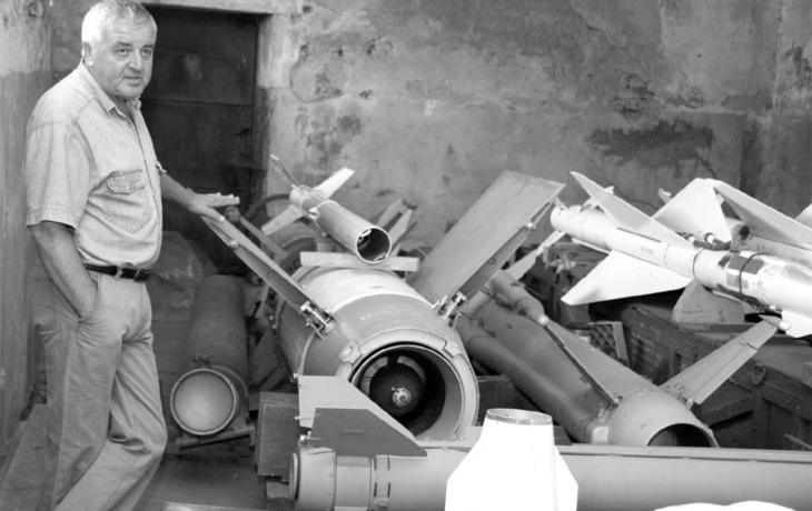 Domek ukrývá sbírku raket