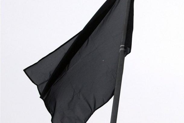Radnice vyvěsila černou vlajku