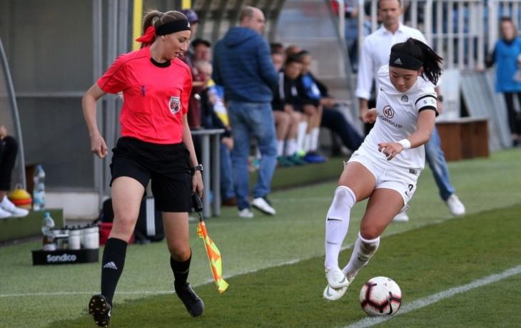 Blondýnka ovládá míč, ale také píšťalku