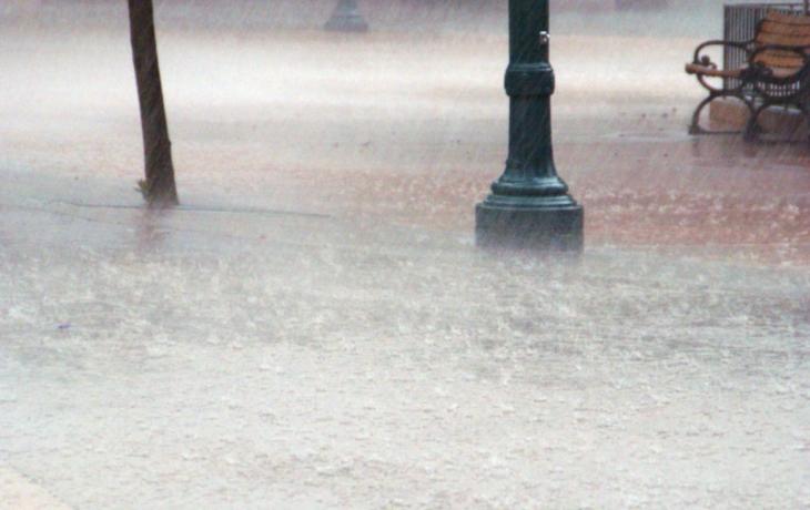 Starosta měří výšku vody značkami