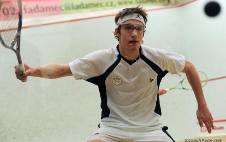 Za squashem a školou se vydal až do Anglie