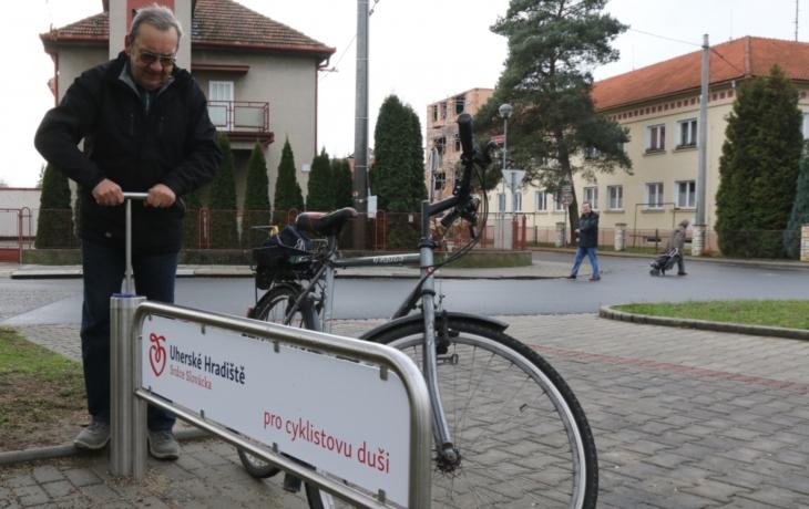 V Hradiště zkouší novinku, veřejnou cyklopumpu
