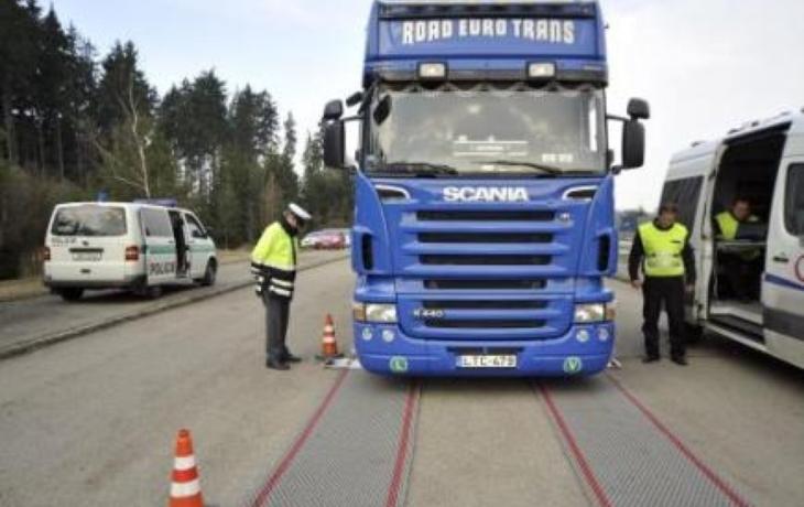 V Hrozenkově vracejí přetížené kamiony zpět. Odmítli jich už stovky