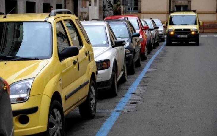 Alšova se uzavírá. Kde lidé zaparkují?
