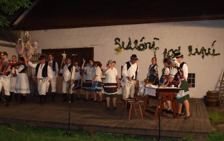 Pestrá směs folkloru na Setkání pod lipú
