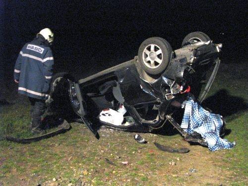 Vůz skončil v poli, řidič zahynul
