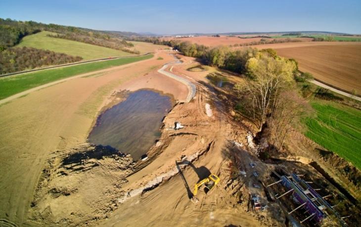 Holomňa začíná naplňovat nový rybník i tůně